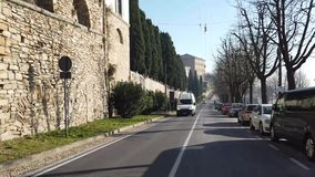 Włoch bergamo starego miasta Kierowcy punkt widzenia Timelapse jeżdżenie wzdłuż alei blisko do Weneckich ścian zbiory