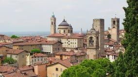 Włoch bergamo starego miasta Krajobraz przy centrum miasta stary góruje i zegarowy góruje od antycznego fortecy zbiory wideo