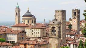 Włoch bergamo starego miasta Krajobraz przy centrum miasta stary góruje i zegarowy góruje od antycznego fortecy zdjęcie wideo