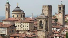 Włoch bergamo starego miasta Krajobraz przy centrum miasta stary góruje i zegarowy góruje od antycznego fortecy zbiory