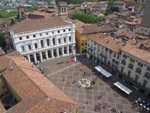 Włoch bergamo starego miasta Krajobraz przy głównym placem biblioteką publiczną i fontanną, obraz royalty free