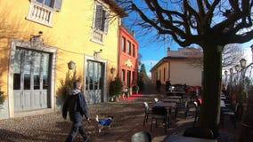 Włoch bergamo starego miasta mały kwadrat przy przyjazdem San Vigilio funicular zbiory wideo