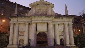Włoch bergamo starego miasta Zmierzch przy Świątobliwą Giacomo antyczną drzwiową częścią Wenecka ściana zbiory wideo