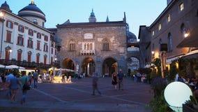 Włoch bergamo Stary miasto Krajobraz przy starym głównym placem antyczna administracja Lokuje i Contarini fontanna obrazy stock