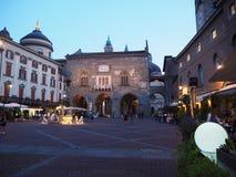Włoch bergamo Stary miasto Krajobraz przy starym głównym placem antyczna administracja Lokuje i Contarini fontanna obraz royalty free