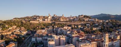 Włoch bergamo Trutnia widok z lotu ptaka niski miasto w tle i stary i antyczny miasteczko zdjęcia royalty free