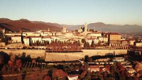 Włoch bergamo Trutnia widok z lotu ptaka Stary miasto Krajobraz na centrum miasta i dziejowi budynki podczas zmierzchu zbiory wideo