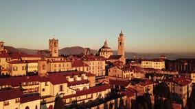 Włoch bergamo Trutnia widok z lotu ptaka Stary miasto Krajobraz na centrum miasta i dziejowi budynki podczas zmierzchu zdjęcie wideo