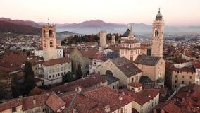 Włoch bergamo Trutnia widok z lotu ptaka Stary miasto Krajobraz na centrum miasta i dziejowi budynki podczas zmierzchu zbiory