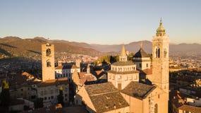 Włoch bergamo Trutnia widok z lotu ptaka Stary miasto Krajobraz na centrum miasta i dziejowi budynki podczas zmierzchu zdjęcia stock