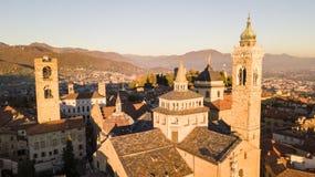 Włoch bergamo Trutnia widok z lotu ptaka Stary miasto Krajobraz na centrum miasta i dziejowi budynki podczas zmierzchu zdjęcia royalty free