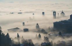 Włoch bergamo Trutnia widok z lotu ptaka zadziwiający krajobraz mgła wzrasta od równiien i zakrywa starego miasteczko Obrazy Royalty Free