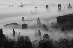 Włoch bergamo Trutnia widok z lotu ptaka zadziwiający krajobraz mgła wzrasta od równiien i zakrywa starego miasteczko Zdjęcia Stock