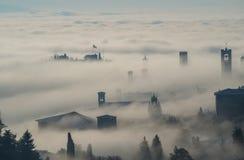 Włoch bergamo Trutnia widok z lotu ptaka zadziwiający krajobraz mgła wzrasta od równiien i zakrywa starego miasteczko Zdjęcie Stock