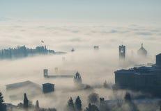 Włoch bergamo Trutnia widok z lotu ptaka zadziwiający krajobraz mgła wzrasta od równiien i zakrywa starego miasteczko Obraz Stock