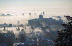 Włoch bergamo Trutnia widok z lotu ptaka zadziwiający krajobraz mgła wzrasta od równiien i zakrywa starego miasteczko Obraz Royalty Free