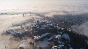 Włoch bergamo Trutnia widok z lotu ptaka zadziwiający krajobraz mgła wzrasta od równiien i zakrywa starego miasteczko Zdjęcia Royalty Free