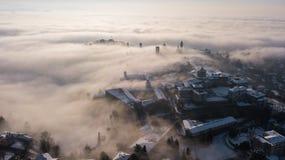 Włoch bergamo Trutnia widok z lotu ptaka zadziwiający krajobraz mgła wzrasta od równiien i zakrywa starego miasteczko Obrazy Stock