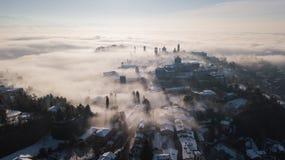 Włoch bergamo Trutnia widok z lotu ptaka zadziwiający krajobraz mgła wzrasta od równiien i zakrywa starego miasteczko Zdjęcie Royalty Free