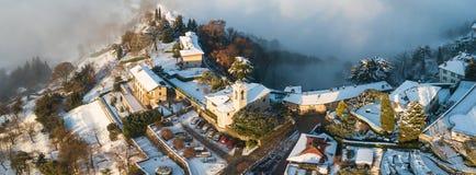 Włoch bergamo Trutnia widok z lotu ptaka zadziwiający krajobraz mgła wzrasta od równiien i zakrywa wzgórze San Vigilio Obrazy Royalty Free