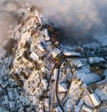 Włoch bergamo Trutnia widok z lotu ptaka zadziwiający krajobraz mgła wzrasta od równiien i zakrywa wzgórze San Vigilio Obrazy Stock