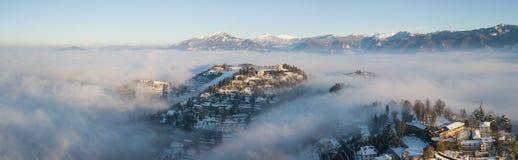 Włoch bergamo Trutnia widok z lotu ptaka zadziwiający krajobraz mgła wzrasta od równiien i zakrywa wzgórze San Vigilio Obraz Royalty Free