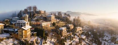 Włoch bergamo Trutnia widok z lotu ptaka zadziwiający krajobraz mgła wzrasta od równiien i zakrywa wzgórze San Vigilio Obraz Stock