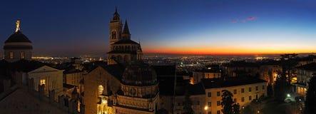 Włoch bergamo Widok z lotu ptaka bazylika Santa Maria Maggiore Colleoni podczas zmierzchu i kaplica fotografia royalty free