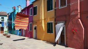 Włoch burano Wenecji Ulica z kolorowymi domami i barwiony tablecloth rozprzestrzeniamy out suszyć zdjęcie wideo