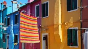 Włoch burano Wenecji Ulica z kolorowymi domami i barwiony tablecloth rozprzestrzeniamy out suszyć zbiory wideo