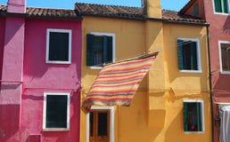 Włoch burano Wenecji Ulica z kolorowymi domami i barwiony tablecloth rozprzestrzeniamy out suszyć zdjęcia royalty free