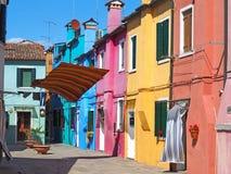 Włoch burano Wenecji Ulica z kolorowymi domami i barwiony tablecloth rozprzestrzeniamy out suszyć zdjęcia stock