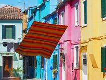 Włoch burano Wenecji Ulica z kolorowymi domami i barwiony tablecloth rozprzestrzeniamy out suszyć obrazy royalty free