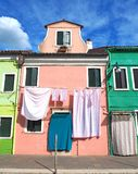 Włoch burano Wenecji Ulica z kolorowymi domami z pralnią na fasadzie fotografia royalty free