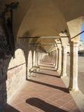 Włoch z asyżu Kolumnada niski kwadrat bazylika i Święty klasztor święty Francis zdjęcie royalty free