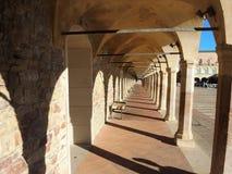 Włoch z asyżu Kolumnada niski kwadrat bazylika i Święty klasztor święty Francis obraz royalty free