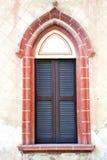 Włochy abstrakcjonistycznego nadokiennego mornago drewniana venetian stora w przeciwie Zdjęcia Stock
