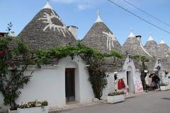 Włochy, Alberobello, stare ulicy, czarodziejka mieści Trullo Fotografia Stock