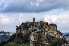 Włochy Civita Di Bagnoregio Roszujący w niebie obrazy royalty free