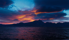 Włochy, Jeziorny Garda - Piękny zmierzch Nad górami Przez jezioro Obraz Stock