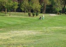 WŁOCHY - Maj 25: Niezidentyfikowany mężczyzna sztuk golf Golf jest rozlewnym sportem Zdjęcie Royalty Free