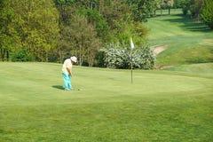 WŁOCHY - Maj 25: Niezidentyfikowany mężczyzna sztuk golf Golf jest rozlewnym sportem Fotografia Stock