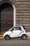 WŁOCHY, ROMA - 21 Sierpień, 2016: Mikro biały samochód dla dwa osoby Fotografia Royalty Free