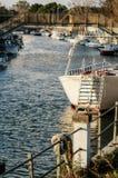 Włochy rzeka z Turystyczną łodzią Obraz Stock