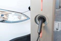 włochy Rzymu Grudzień 05, 2017 Ładuje nowożytny elektryczny samochód dalej Zdjęcia Stock