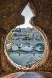 włochy Rzymu septyczny Przegląd przez luki w antycznej ścianie kasztel St anioł Widok bridżowy Umberto, zdjęcie royalty free