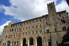 Włochy, Tuscany, Volterra, Kwiecień 2017, widok urzędu miasta budynek zdjęcie stock