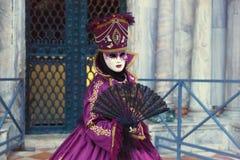 Włochy; Wenecja, 24 02 2017 Kobiety w karnawałowy kostiumowy withFan wewnątrz Obraz Royalty Free