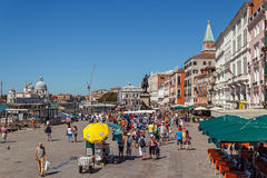 WŁOCHY WENECJA, LIPIEC, - 2012: Wenecja nabrzeże z tłumem turystyczny pobliski St Marco kwadrat na Lipu 16, 2012 w Wenecja. St Mar Zdjęcie Stock