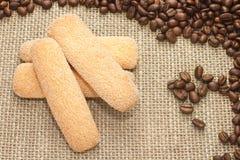 Włoscy cukrowi biskwitowi ciastka z kawowymi fasolami na grabić Fotografia Royalty Free